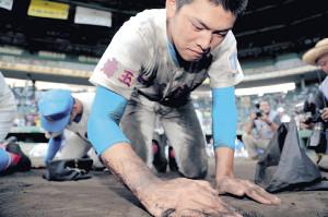 横浜に敗れ、涙ながらに甲子園の土を集める花咲徳栄・野村(カメラ・渡辺 了文)