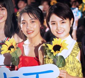 女子会舞台あいさつに登壇した葵わかな(右)と井上苑子