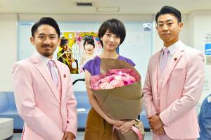「サバイバル・ウェディング」に主演する波瑠(中)のもとを訪れた「C&K」のCLIEVY(左)とKEEN