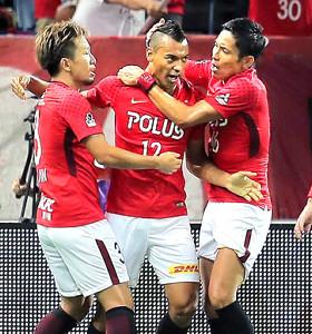 後半10分、1点目を決めた浦和・ファブリシオ(12)はチームメイトらに祝福される(カメラ・生澤 英里香)