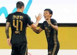 今季10得点目のゴールを決め、笑顔を見せる西村(右)とハーフナー(カメラ・小林 泰斗)