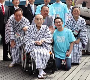 昨年のオープニングイベントで笑顔を見せる桂歌丸さん(前列左)