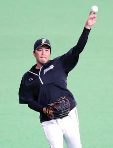 15日の練習でキャッチボールを行う日本ハム・藤岡