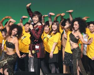 ベリーダンサーらと「恋町ダンス」を披露した竹島宏