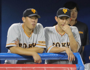 ベンチで試合を見る山口俊(左)と小林(カメラ・清水 武)