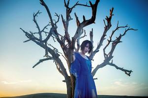 エンディングテーマ「アイリス」を担当する藍井エイル