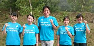 夏合宿のテーマ「創造性が答えだ」Tシャツでガッツポーズする原監督(中央)と女子マネジャー
