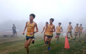 霧の中、菅平高原のクロスカントリーコースを走り込む青学大メンバー。原監督に「山の神」として期待される竹石(左から4人目)が絶好調だ