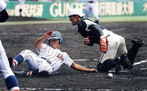 5回2死満塁、敵失で二松学舎大付・山田(右)と交錯しながら生還した二塁走者の浦和学院・蛭間