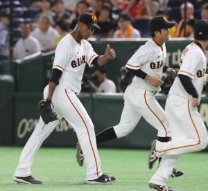 5回1死満塁、高橋を併殺打に打ち取り山本(右)に向かいサムアップポーズをするメルセデス(左)
