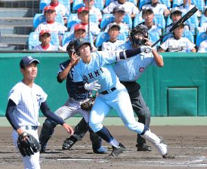 7回2死一、二塁、近江・北村が4連続適時打となる2点三塁打をレフトへ放つ(投手・榛村、捕手・根来)