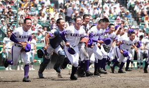 横浜を破って8強に進出し、応援団席にあいさつに駆け出す吉田(左から2人目)ら金足農ナイン(カメラ・馬場 秀則)
