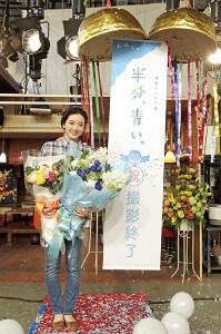 クランクアップを迎え、スタッフから花束を贈られた永野芽郁