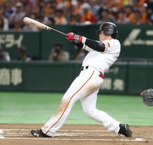 6回無死一塁、左中間に23号2ランを放つ岡本