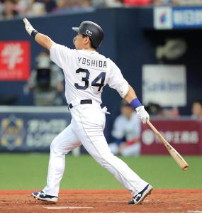 4回無死一塁、吉田正が中越えに同点2ランを放つ