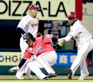 8回1死三塁、加藤の一塁ゴロで挟殺される田村
