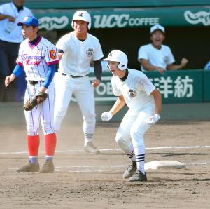 8回2死三塁、日大三・日置(右)が勝ち越し適時打を放ちガッツポーズする