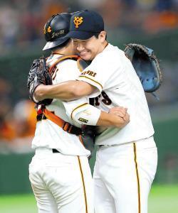 2安打完封で今季10勝目を飾り、捕手・小林と抱き合って喜ぶ菅野(右)(カメラ・矢口 亨)