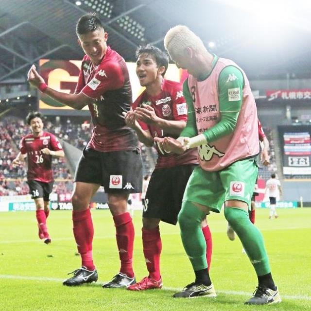 ゴールを決めGK菅野(右)、都倉(左)とゆりかごパフォーマンスで喜ぶ札幌・チャナティップ