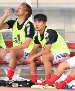 後半、ベンチから試合を見つめる横浜M・久保