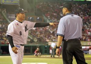 5回終了のイニングの合間に責任審判の二塁塁審・吉本に話かける井口監督