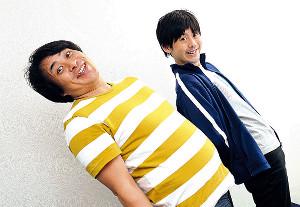 おもいっきりのけ反り「かなのう」校歌を熱唱したお笑いコンビねじの瀬下翔太(左)と佐々木ユーキ