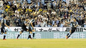 先制ゴールの松本(左から3人目)に駆け寄る大久保〈22〉
