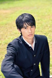 有村架純の相手役で芸能界デビューを飾る岡田健史。吸い込まれそうな目力が印象的