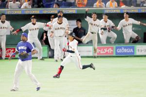 9回1死二、三塁、田中俊が同点となる右前適時打を放ち、ベンチも盛り上がる(カメラ・川口 浩)