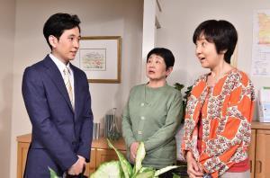 渡る世間は鬼ばかり2018、(左から)医師・八木晴彦役の関口まなと、泉ピン子、藤田朋子