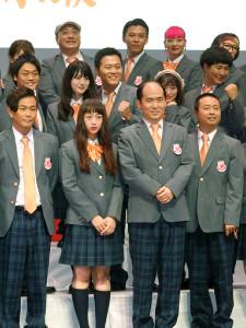 発表された吉本坂46のメンバー(前列左から3人目が斎藤司、中列一番左がおばたのお兄さん、後列左から2番目が山本圭壱)