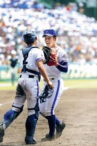 9回、完投で決勝進出を決めた金足農・吉田(右)は、菊地亮と笑顔でタッチを交わす(カメラ・石田 順平)