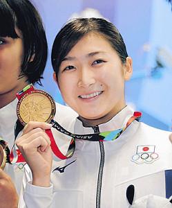 金メダルを手にする池江