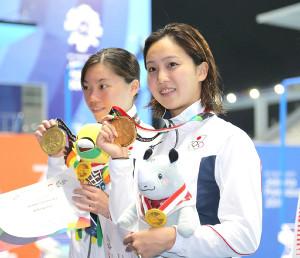 女子200M平泳ぎで金メダルの渡部香生子(右)と銅メダルの青木玲緒樹
