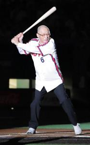 試合前のセレモニーで、東京ドームの打席に立った落合博満さん