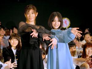 90年代に女子高生の間で流行した「EGGポーズ」を決める篠原涼子(左)と広瀬すず