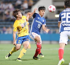 前半、ゴール前で仙台・永戸と競り合う横浜M・久保(右)