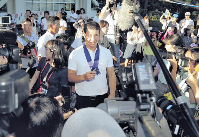 金足農に到着した吉田は、報道陣に囲まれ取材を受ける(カメラ・小林 泰斗)