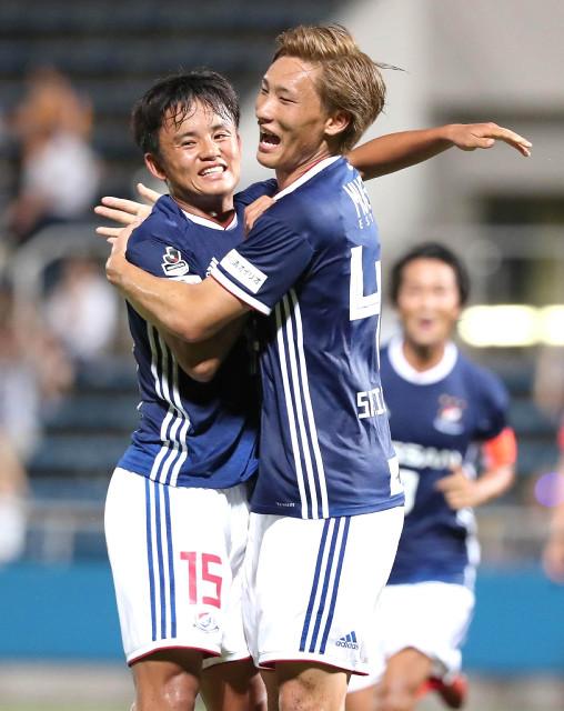 前半40分、同点ゴールをアシストした久保(左)は、決めた横浜M・畠中と抱き合って喜ぶ