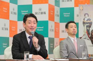 記者の質問に答える中村芝翫(左)と片岡孝太郎