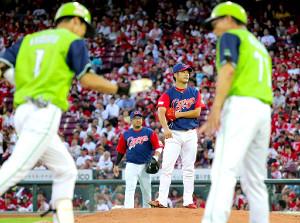 2回1死、山田哲(左端)に満塁本塁打を打たれた岡田(一塁手・松山)