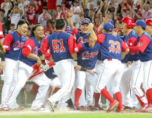 サヨナラ本塁打の鈴木を大喜びで出迎える広島ナイン