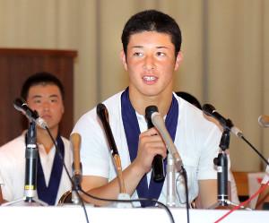 会見で報道陣の質問に答える吉田輝星(カメラ・小林 泰斗)