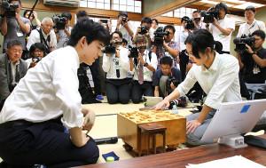 里見香奈女流名人に勝利した藤井聡太七段(左)