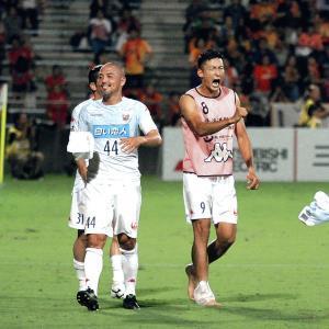 試合後、雄たけびを挙げ、勝利を喜ぶFW都倉(左は小野)
