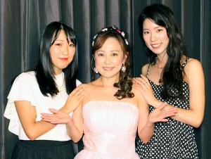つちやかおり(中)の30年ぶり単独ライブに駆け付けた長女・桃花(右)と次女・花音さん(左)