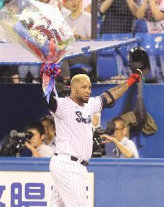 3回無死三塁、通算250号となる中越え33号2ラン本塁打を放ち、記念の花束を掲げるバレンティン(カメラ・関口 俊明)