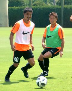 MF小笠原満男(左)とMF永木亮太(右)
