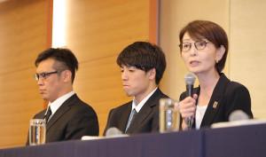会見で選手たちに厳しい言葉を投げかける三屋裕子会長(右)神妙な表情の(左奥から)永吉佑也、橋本拓哉