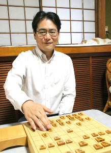静岡県富士市の自宅で取材に応じる中尾敏之五段。右奥で寝そべるのは飼い猫のトラちゃん